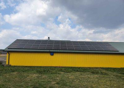 Saulės elektrinė ant skardinio stogo